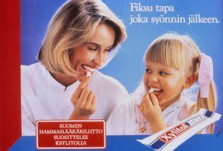 Fiksu tapa joka syönnin jälkeen. Suomen hammaslääkäriliitto suosittelee ksylitolia. Mainoskuva vuodelta 1988